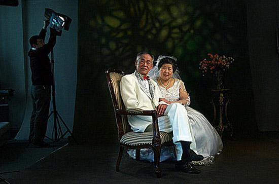 图文:老年夫妇钻石婚之际重拍婚纱照