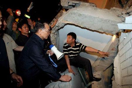 图文:温家宝总理抵达四川灾区指挥抗震救灾