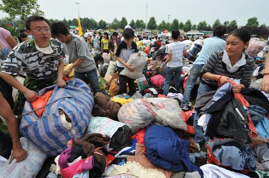 青年志愿者传递救援衣物