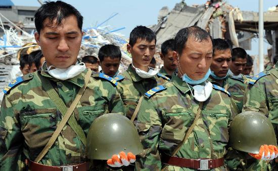图文:参加抗震救灾战士向汶川地震遇难者默哀