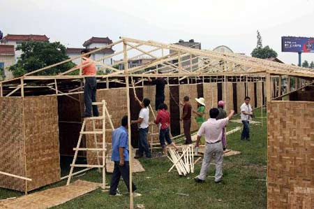 图文:绵竹市受灾百姓正在搭建简易房
