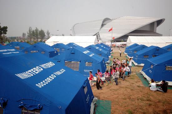 组图:灾区获救孩子进入帐篷学校学习