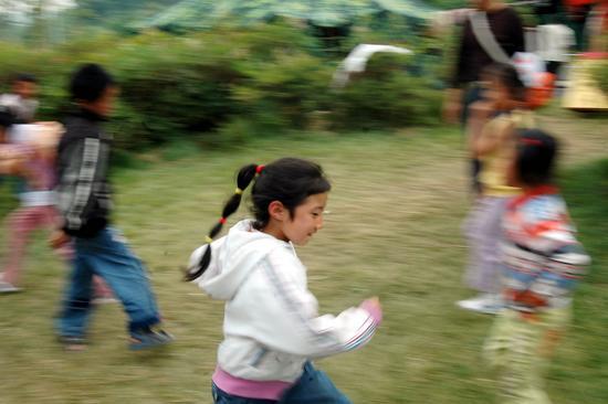 图文:课间孩子们在尽情的玩耍