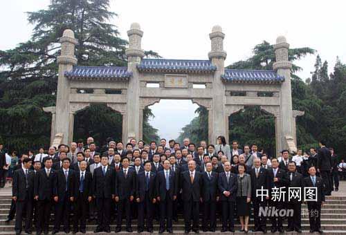图文:吴伯雄一行在南京中山陵前合影