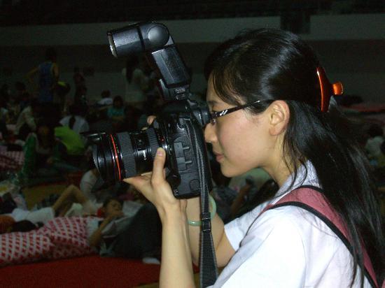 图文:郑悦在绵阳市九洲体育馆内拍照采访