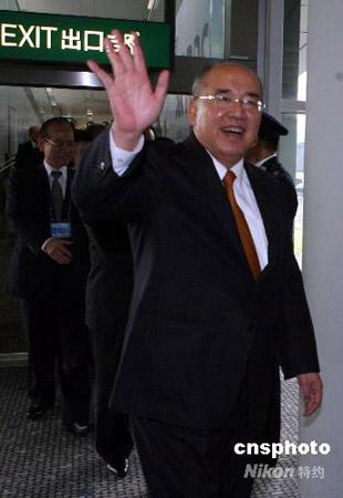 组图:吴伯雄结束大陆访问过境香港返台