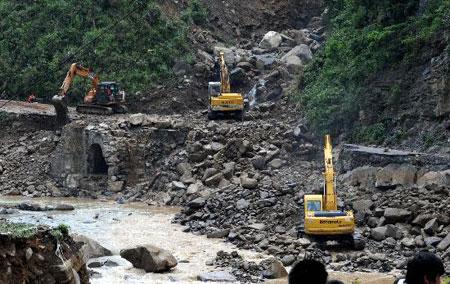 组图:贵州加紧抢修洪灾受损道路