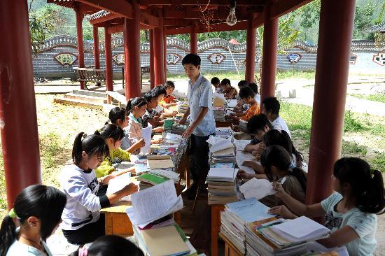 图文:辅仁中学英语老师在走廊辅导学生
