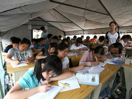 图文:帐篷复合学校的初二年级学生在上课