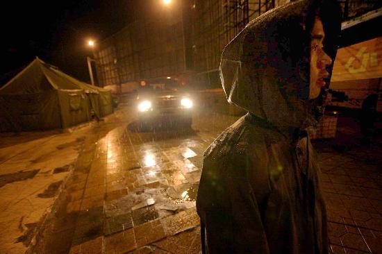 图文:解放军某部战士在四川什邡市街头执勤