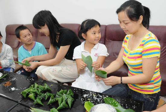 图文:地震灾区的小朋友跟老师学包粽子