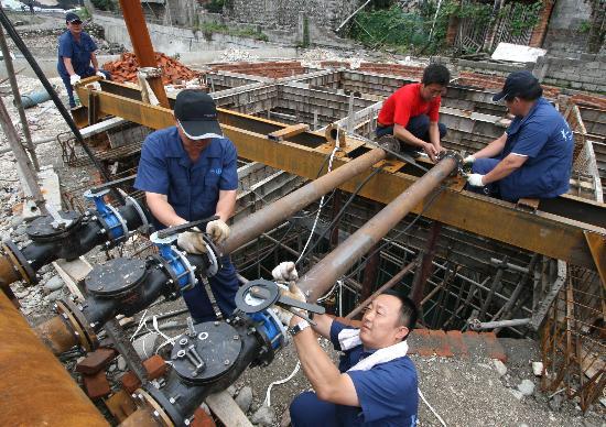 图文:大连水务应急抢修队修复安县饮水设施