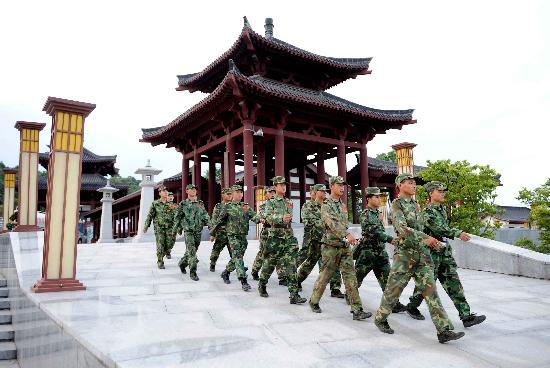 图文:抢险官兵在江油青莲镇泄洪区内巡视
