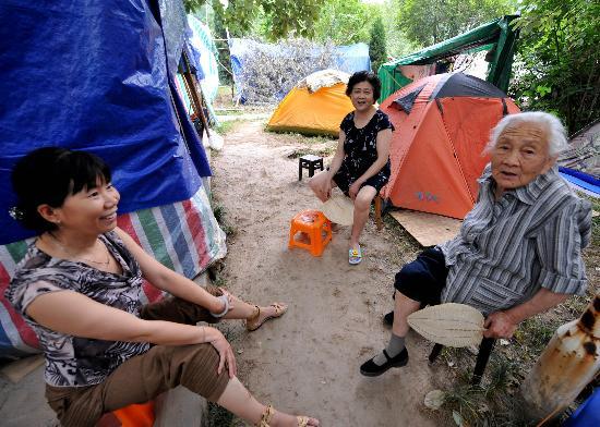 图文:绵阳市受灾群众在自家搭建的帐篷前休息