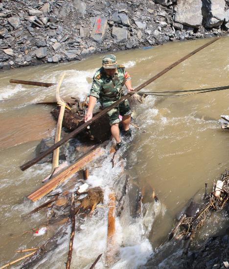 图文:战士在进行人工排障增加水流量