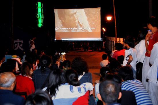 图文:青川县受灾群众在看电影