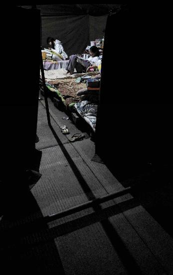 图文:理县中学高三学生在帐篷宿舍里温习功课