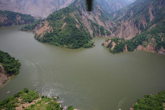 图文:航拍堰塞湖全貌和正在施工的泄洪渠