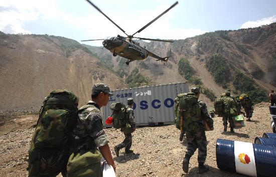 图文:工兵部队抵达堰塞湖准备实施爆破
