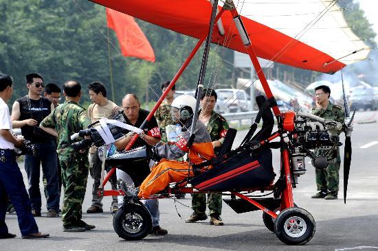 图文:搜寻人员在做起飞前的准备