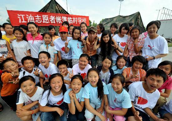 图文:江油帐篷学校的学生和志愿者老师合影