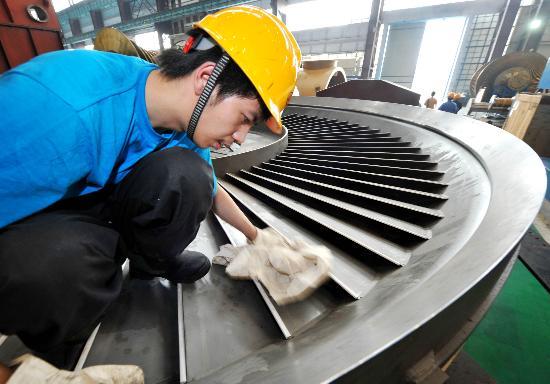 图文:四川灾区德阳分厂的工人在生产电力设备