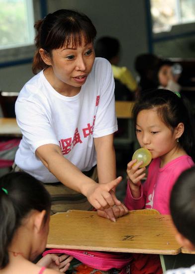 图文:武汉的志愿者正在映秀镇临时小学上课