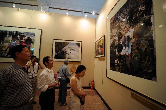 图文:中国抗震救灾大型新闻图片展在京开展