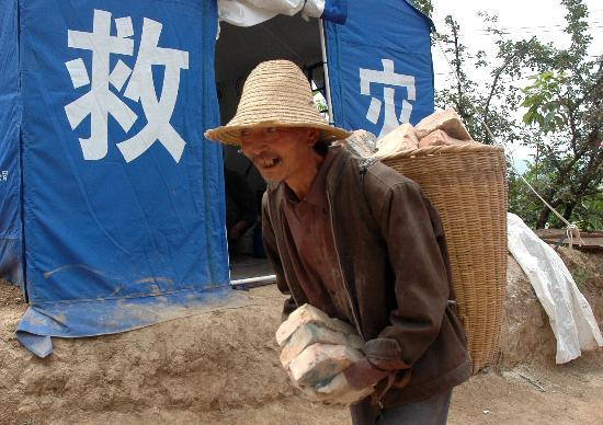 图文:陇南受灾群众积极准备灾后重建