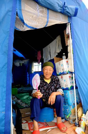 图文:马顺珍老人在安置点的帐篷里休息