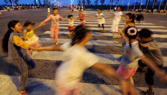 图文:孩子们在心理辅导活动中玩游戏