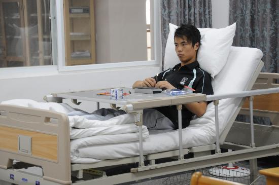 图文:张强在病床上等候考试开始