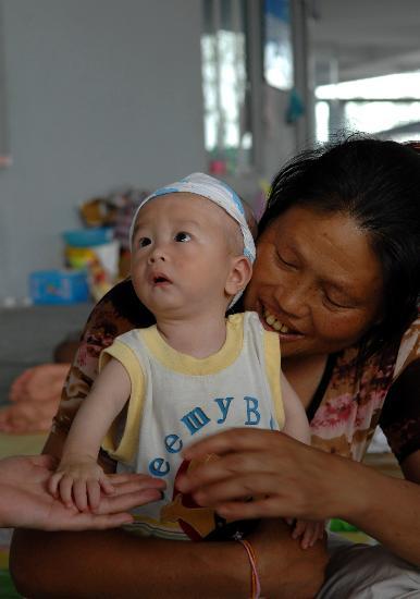 图文:奶奶抱着8个月大的母瑞尧