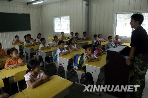 图文:映秀小学4年级老师在给学生上课
