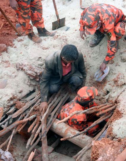 图文:消防部队搜救被埋压民众