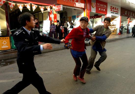 图文:女商贩把孩子丢给城管夺路而逃