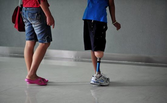图文:地震残疾儿童在母亲陪同下练习