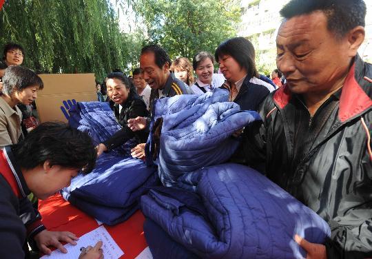 图文:市民捐献棉衣被