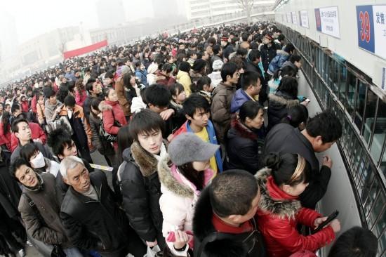 图文:旅客在石家庄火车站排队买票_新闻中心_新浪网