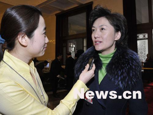 图文:全国政协委员海霞接受记者采访