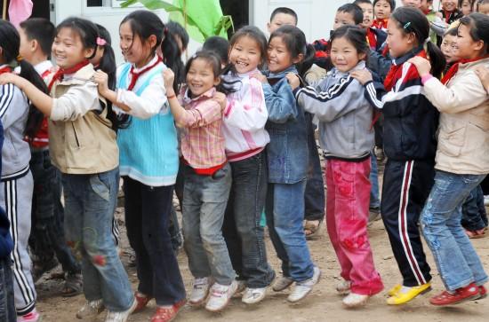 图文:青川县马鹿小学的孩子们在课间玩游戏