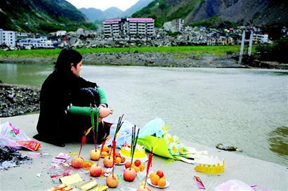 图文:北川母亲悼念67天大的孩子