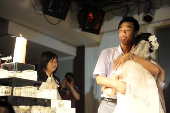 图文:婚礼进行曲在汶川大地震一周年响起