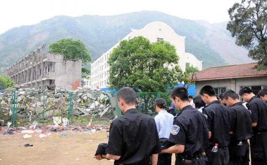 图文:绵阳市特警为地震遇难者脱帽致哀