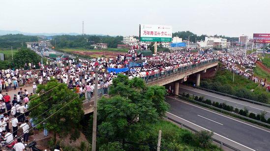 江西处置南康市数千人聚集砸车群体性事件(图)