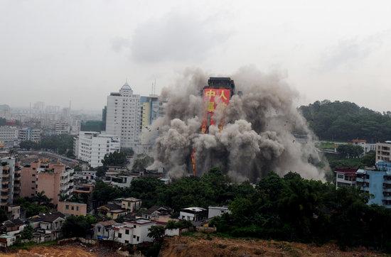 广东中山爆破拆除亚洲最高烂尾楼(组图)