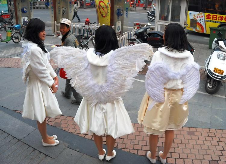 组图:3名插着翅膀的女孩成为甜品店迎宾 新闻