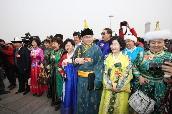 图文:部分全国政协委员准备步入人民大会堂