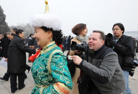 图文:外国记者跟拍少数民族政协委员