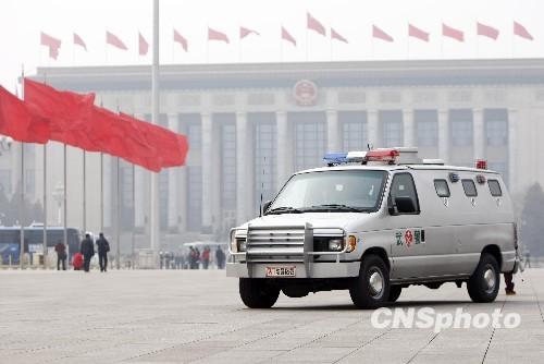 图文:武警防暴车在广场警戒